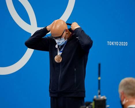 Mattsson sai itse asettaa mitalin kaulaansa. Mitalin ojensi hänelle Kansainvälisen olympiakomitean jäsen, afghanistanilainen koripalloilija Samira Asghari.