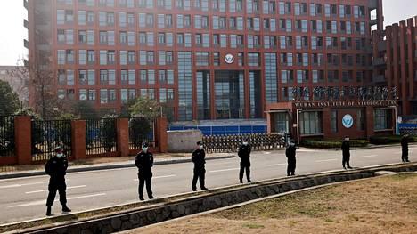 Turvallisuusjoukot vartioivat Wuhanissa sijaitsevaa virologian instituuttia helmikuussa WHO:n tutkijoiden vierailun aikana.