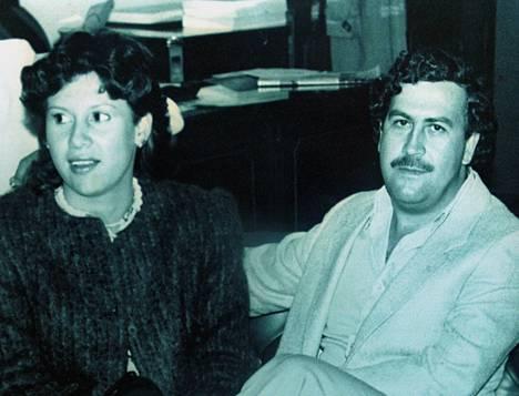 Pablo Escobar vaimonsa Victoria Henaon kanssa vuonna 1983.