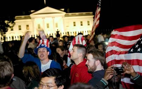 Valkoisen talon edessä Washington D.C:ssä juhlittiin Osama bin Ladenin kuolemaa 2. toukokuuta 2011.