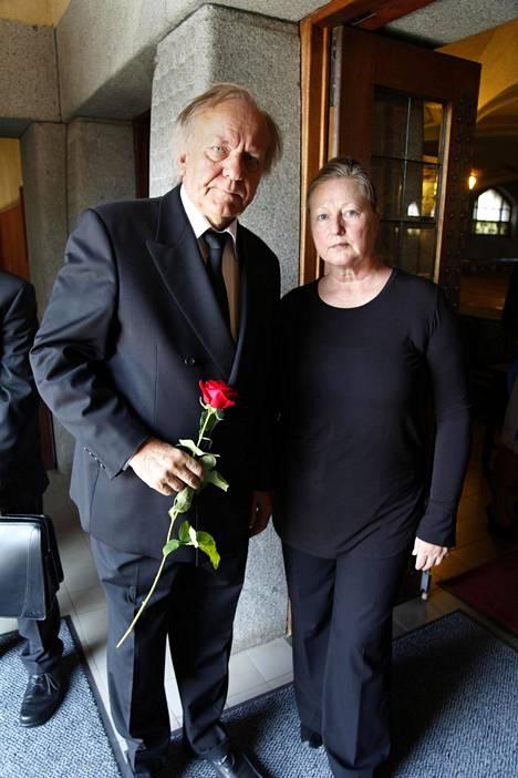 Esko Roine oli Tampereen Teatterin hallintojohtaja, ja Perttu hänen alaisiaan. –Tapsa oli työhönsä suurella antaumuksella suhtautunut kaveri, Esko Roine sanoo, vierellään puolisonsa Ritva Jalonen.