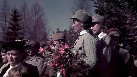 Lottia sankarihautajaisissa vuonna 1940.