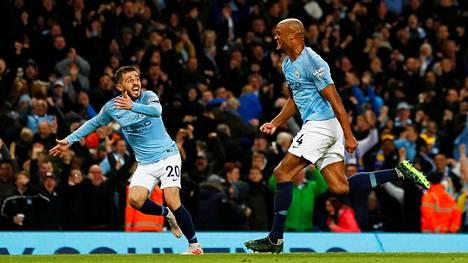 Bernardo Silva ja Vincent Kompany juhlivat Manchester Cityn voittomaalia.