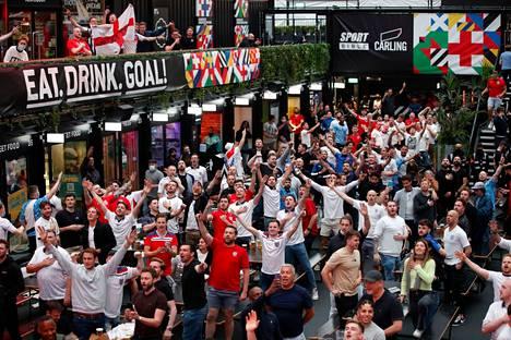 Englannin fanitkin osasivat toki iloita historiallisesta ottelusta.