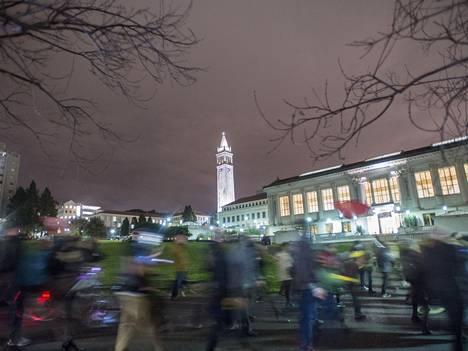 Berkeleyn kaupunki tunnetaan radikaaleista ja ristiriitoja herättävistä kannanotoista ja toimista.