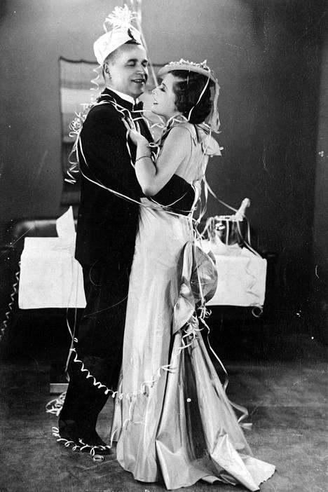 Elokuvassa Syntipukki (1935) Ester Toivosella oli ensimmäinen päärooli. Vastanäyttelijänä toimi Jaakko Korhonen.