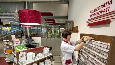 Skanssin apteekissa Turussa on myynnissä homeopaattisia tuotteita. Kuvassa homeopaatti ja lääketyöntekijä Eija Päivänsalo.