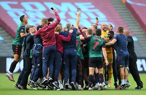Aston Villan pelaajat ja valmentajat tuulettivat sarjapaikan säilyttämistä.