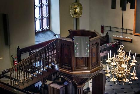 Lähimpänä alttaria on kirkon vanhin kattokruunu vuodelta 1651. Saarnastuolin takana olevassa pilarissa on 1600-luvun messinkilampetti.