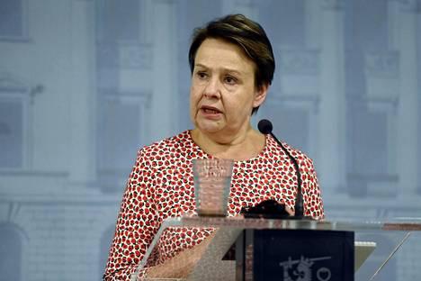 STM:n kansliapäällikkö Kirsi Varhila suhtautui keväällä maskisuositukseen varauksella.