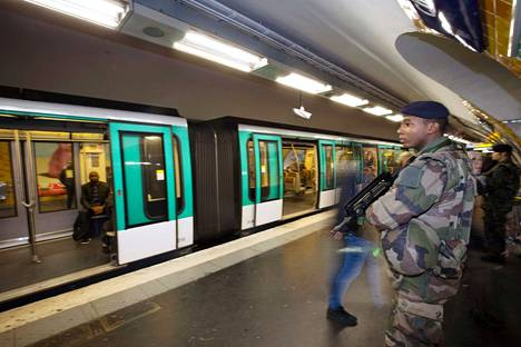 Sotilaat vartioivat Pariisin metroa terrori-iskujen jälkeisinä päivinä.