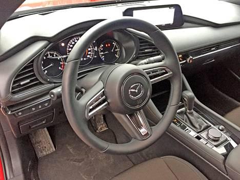 Rauhallinen ja toimiva kojelauta on Mazda 3:n selkeä valtti. Päämittari on perinteisestä ulkonäöstään huolimatta täysdigitaalinen.