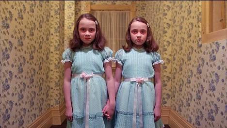 Valkoisen talon jouluista ilmettä verrattiin Hohto-elokuvan tapahtumapaikkana toimineeseen hotelliin, jossa muun muassa nämä pikkutytöt kummittelivat.