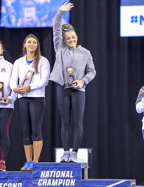 Maggie Nichols tuulettaa NCAA:n mestaruuskisoissa neliottelun voittajana. Vasemmalla oleva entinen maajoukkuevoimistelija ja Nassarin hyväksikäytön uhri Kyla Ross löysi Nicholsin tavoin voimistelun ilon yliopistossa, hänen tapauksessaan UCLA:ssa.