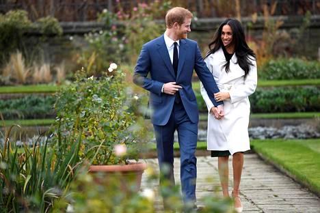 Prinssi Harry ja Meghan Markle poseerasivat Kensingtonin palatsilla kihlajaiskuvissa.