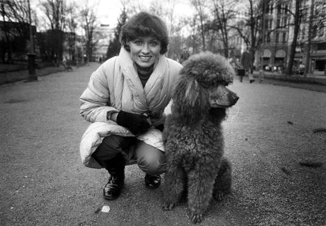 1983: Inga Sulin on koiraihmisiä. Tässä hän poseeraa villakoiransa Idefixin kanssa.