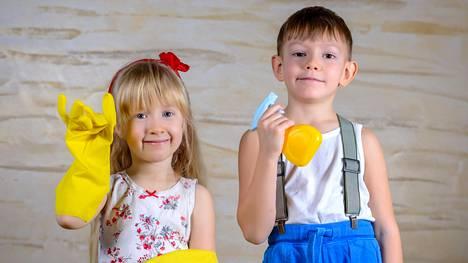 Kotitöitä kannattaa opettaa lapselle jo pienestä pitäen.