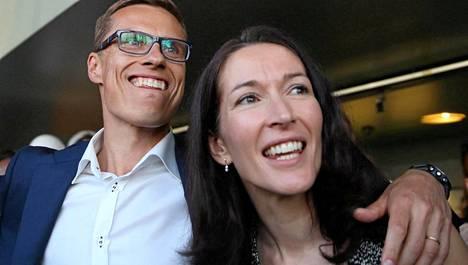 Alexander Stubb ja hänen vaimonsa Suzanne Innes-Stubb eurovaalivalvojaisissa toukokuussa.