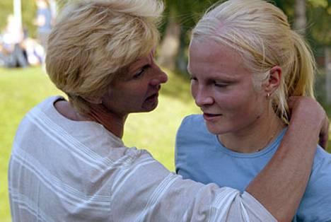 Elisa Kirvesniemen (oik.) vakava sairastuminen järkytti hänen äitiään.