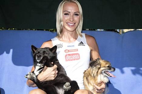 Kortteen koirat Maya (vas.) ja Marokosta pelastettu kulkukoira Raad asuvat juoksijan kanssa niin Espanjassa kuin kesällä Suomessakin.