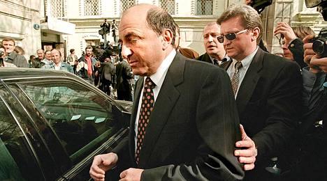 Arkistokuvassa Boris Berezovski palaa 25. marraskuuta 1998 autolleen käytyään Moskovan yleisen syyttäjän kuultavana.