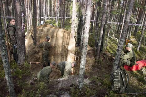"""Venäläiset ihmisoikeusaktivistit ovat kritisoineet voimakkaasti Sandarmohin kaivauksia. Heidän mukaansa kaivaukset rikkovat useita Venäjän lakeja ja hautarauhaa. Kuva on viime syksyn kaivauksista, joissa etsittiin ensimmäisen kerran väitettyjä """"suomalaisten teloittamia neuvostosotavankeja"""" Sandarmohin Stalinin ajan joukkohaudista."""