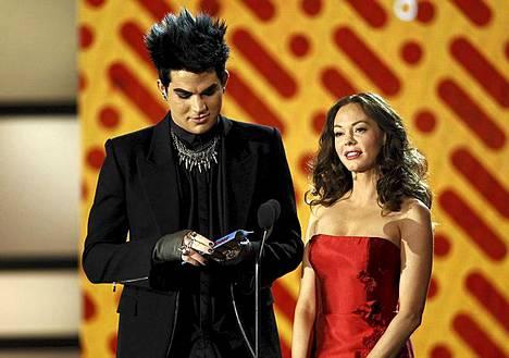 Adam Lambert ja Rose McGovan jakoivat palkinnon Tyra Banksille.