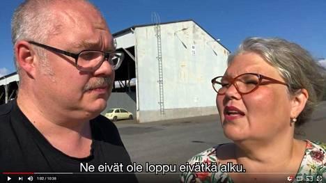 Kaarina Hazard ja ohjaaja Mikko Roiha vierailevat videosarjassa mm. Porin satamassa.