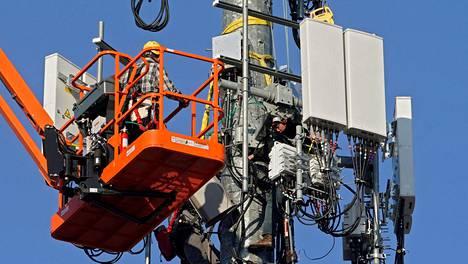5g-tukiasemaa asennettiin Yhdysvalloissa viime vuoden lopulla. Nyt kaupattavat korkeat taajuudet eivät perustu nykyisenkaltaisiin korkeisiin mastoihin, vaan tiheään pienten tukiasemien verkkoon.