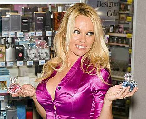 Pamela Anderson esittelee uutta tuoksuaan Pennsylvaniassa.
