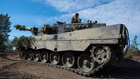 Leopard-panssarivaunu ajoi miinaan Arrow 18 -sotaharjoituksessa.