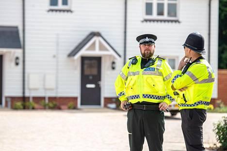 Poliiseja osoitteessa, johon ensihoitajat kutsuttiin viime lauantaina.