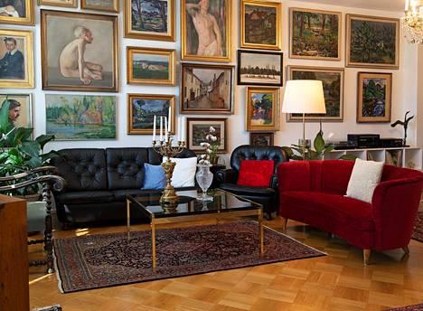 Taidekoti Kirpilän kokoelmassa on yhteensä 540 teosta. Vaikka jokainen maalaus ei olekaan ripustettuna, seinät ovat täynnä tauluja.