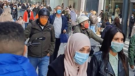 Brysselissä väki kerääntyi keskustaan ostoksille sunnuntaina ennen kuuden viikon koronasulkua.
