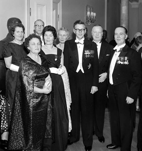 Akateemikko Martti Haavio eli P. Mustapää (kolmas oik.) vierellään vaimonsa, runoilija Aale Tynni 1960.