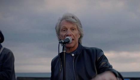 Bon Jovi esiintyi Miamissa rannalla, jossa hän lauloi kappaleensa Here comes the sun.