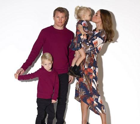 Minttu Räikkönen on ollut mukana suunnittelemassa mallistoa, jossa yhdistyvät sekä aikuisten että lasten asut. Hän on saanut miehensäkin Mini Me -Gugguun malliksi. Perhe esiintyy yhteensopivissa asuissa rennoissa tunnelmissa: Kimi, Robin, Rianna ja Minttu Räikkönen.
