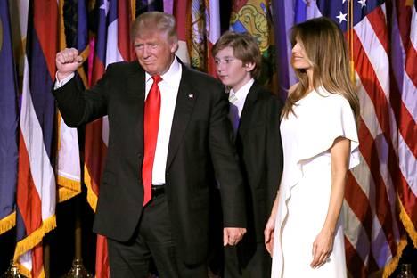 Donald ja Melania Trump ja Barron-poika kuvattuina voitonjuhlassa vaali-iltana pian vaalivoiton varmistumisen jälkeen.