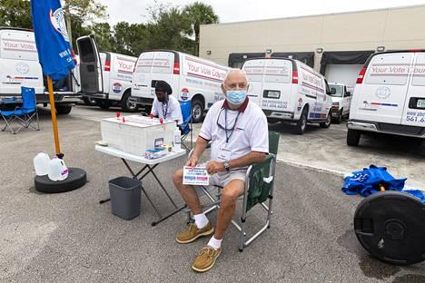 Ennakko- ja postiäänien jättöpaikka West Palm Beachissa.