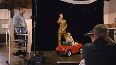 Christine Chiu haluaa täydelliset kuvat Baby G:stä ja kutsuu malli Kevinin opettamaan tälle poseerauksia.