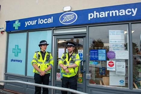 Poliiseja paikallisen apteekin edustalla.