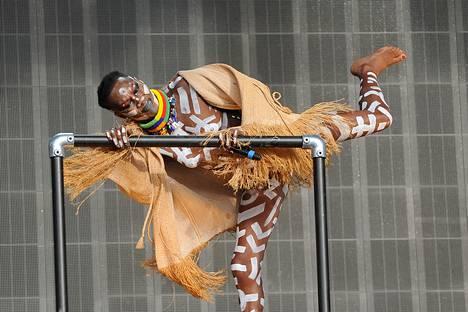Välillä laulajatar heivasi korkeat korkonsa ja esiintyi paljain jaloin.