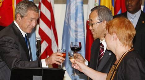George W. Bushin, Ban Ki-Moonin ja Tarja Halosen skoolaus.