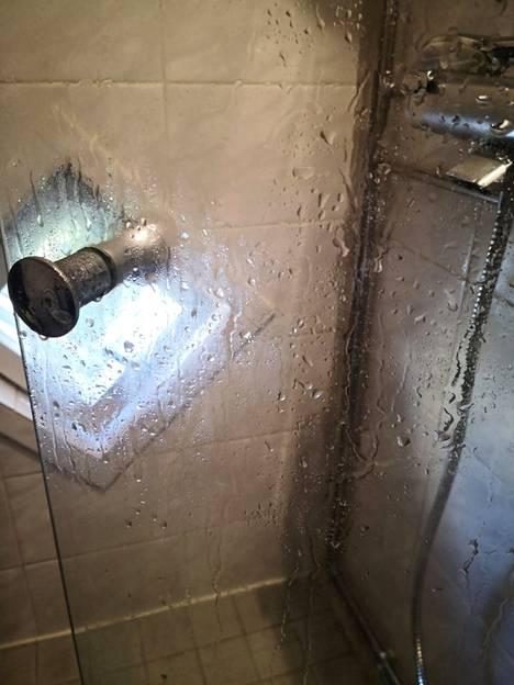 Ensin suihkulasiin suihkutetaan etikkaa.