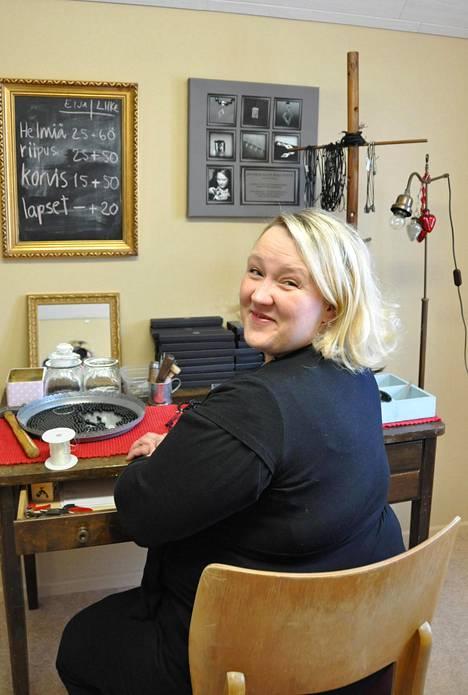 Jenni koruntekijän työpöydän ääressä 2010.