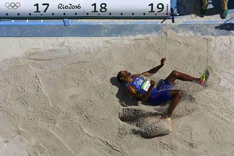Christian Taylor voitti olympiakultaa tuloksella 17,86. Kuvan viimeinen hyppy oli valtavan pitkä, mutta niukasti yliastuttu.