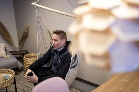 Hanski kertoo tekevänsä paljon töitä puhelimellaan ja usein sohvalla istuen.