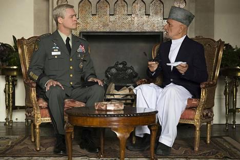 Kenraali Glen McMahon (Brad Pitt) ja presidentti Karzai (Ben Kingsley) tapaavat tositapahtumien pohjalta muokatussa satiirissa.