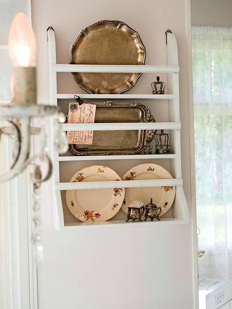 Kauneuden lisäksi myös tavaroiden tarinat kiinnostavat. Monet astioista ovat Tuijan vanhempien kokoelmista.