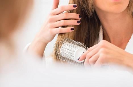 """""""Kosteuttavat hiukset eivät latista hiuksia"""", sanoo kampaaja Sari Elo."""